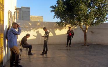 Libyen sind sie entkommmen. Nun harren Geflüchtete und Migrant*innen im Aufnahmezentrum des Roten Halbmondes im südtunesischen Medenine aus. Foto: Maximilian Ellebrecht