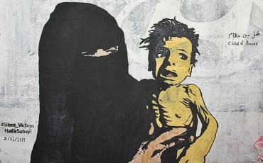 """Haifa Subays jüngstes Wandgemälde trägt den Titel """"Knochenkind"""". - Eine Anklage an die Kriegsparteien im Jemen und die durch sie verursachte Hungersnot. Credit: Haifa Subay, Instagram"""