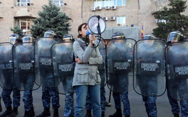 Mit Megafon gegen die korrupte politische Führung: Eine Frau ergreift das Wort während der Proteste in Armenien im April 2018.