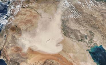 Ein Sandsturm, der vor einigen Tagen über Saudi-Arabien hinwegfegte. Das Symbol war einfach zu passend, als dass wir ein anderes Bild hätten nehmen können... Foto: Antti Lipponen/Flickr (https://flic.kr/p/ZT8mqW), Lizenz: cc-by 2.0 (https://creativecommons.org/licenses/by/2.0/)